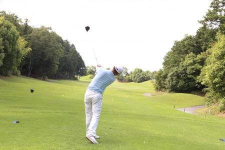 大人数でゴルフを貸切バスで楽しむ